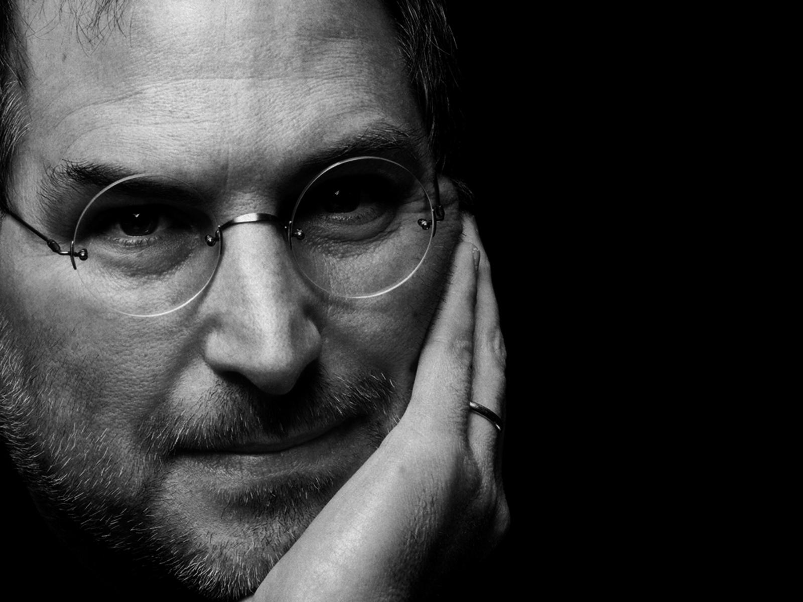 Steve Jobs gir seg som sjef i Apple